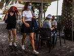 DVD 1071 (26-09-21) Personas con paraguas se protegen de la lluvia de ceniza en las calle de Santa Cruz de La Palma por el volcán de Cumbre Vieja, en La Palma. Foto Samuel Sánchez
