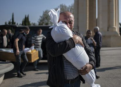 Un hombre abraza el cadáver de su hija de diez meses en Azerbaiyán.