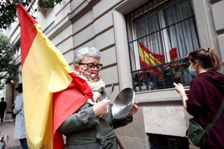 Vecinos del madrileño barrio de Salamanca se manifiestan contra el Gobierno por su gestión en la crisis del coronavirus, este sábado en Madrid.