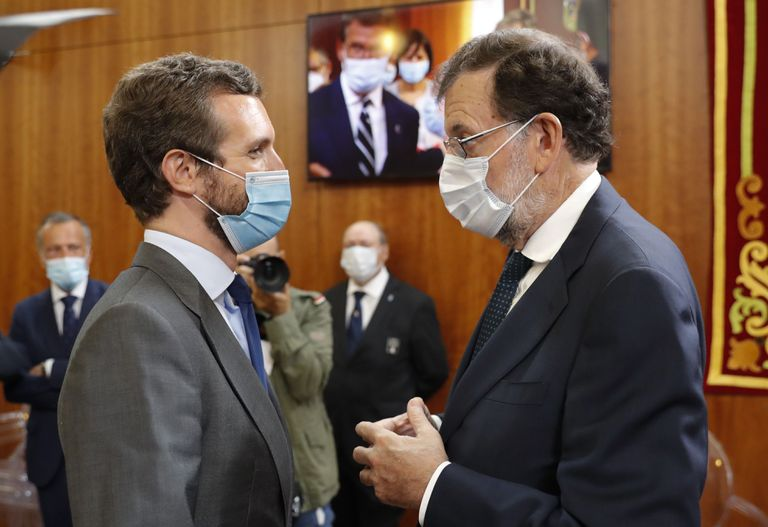 El presidente del PP, Pablo Casado, y el expresidente del Gobierno, Mariano Rajoy, tras la ceremonia de toma de posesión de Feijóo en el Parlamento gallego, el pasado sábado.
