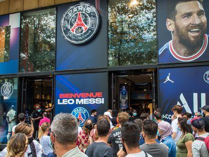 Cientos de personas, ayer a las puertas de una tienda del PSG con la imagen de Messi.