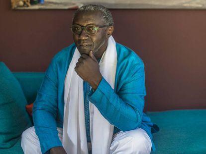 El promotor cultural Amadou Diaw, en su casa de Saint Louis (Senegal).