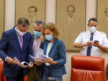 La presidenta del Congreso de los Diputados, Meritxell Batet, junto a otros diputados en la Diputación Permanente del Congreso.