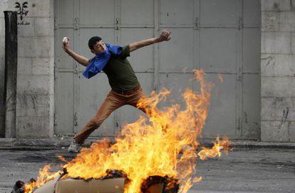 Un palestino, en las protestas contra Israel en Hebrón, en Cisjordania.