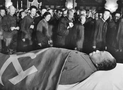 Pekín, 12 de septiembre de 1976: ciudadanos chinos pasan ante el cadáver de Mao (1893-1976), fallecido tres días antes.