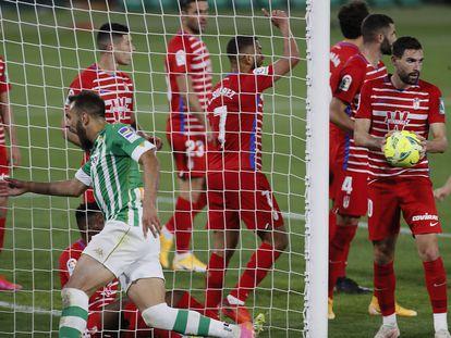 Borja celebra el gol del triunfo ante la desolación de los jugadores del Granada.