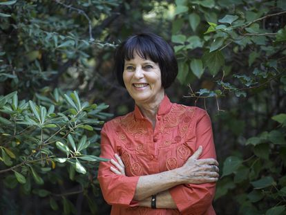Chantal Maillard, este lunes en el jardín del bloque de edificios en el que vive, en Málaga.