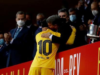 Laporta felicita a Messi, después de que el Barcelona ganara la última Copa del Rey.