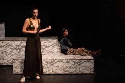 Beatriz Bonet como Deus Ex Machina y María Hernández como Helena de Troya en 'Hey hermana!'