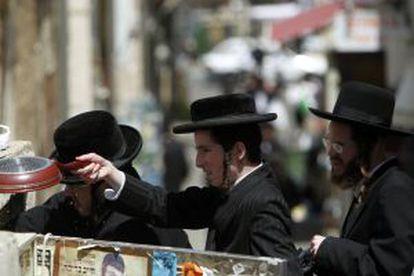 Judíos ultraortodoxos 'purifican' sus utensilios de cocina en una reserva de agua de lluvia para eliminar cualquier resto de levadura de las preparaciones de la Pascua judía.