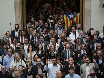 Alcaldes de pueblos de Cataluña en el Parlament tras el pleno en el que se votó la independencia, el 27 de octubre de 2017.