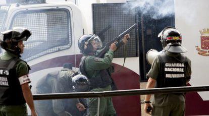 Miembros de la Guardia Nacional Bolivariana disparan gas en una protesta contra el Gobierno de Maduro, en marzo de 2014.