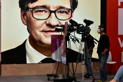 El candidato del PSC a la presidencia de la Generalitat, Salvador Illa, mantiene un diálogo telemático con el presidente valenciano, Ximo Puig, en Barcelona el 3 de febrero de 2021.