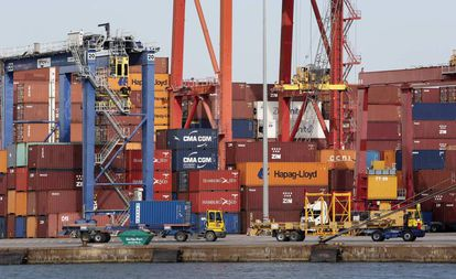 Contenedores a la espera de ser embarcados en el puerto de Valencia.