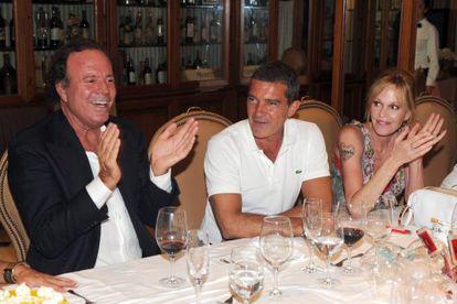 Julio Iglesias con Antonio Banderas y Melanie Griffith, amantes de la noche marbellí, durante una fiesta en la localidad malagueña.