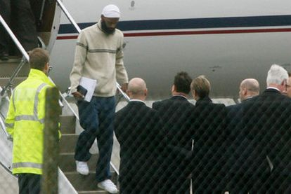Binyan Mohamed llega a una base militar londinense en febrero de 2009 tras ser liberado de Guantánamo.