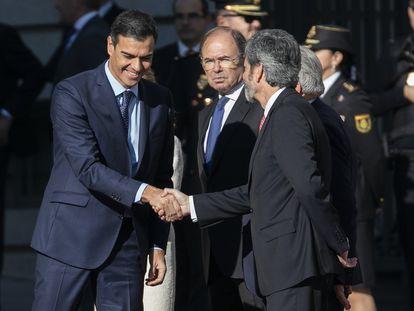 El presidente del Gobierno Pedro Sánchez y el presidente del Tribunal Supremo Carlos Lesmes, se saludan en el Congreso en un acto en septiembre de 2019.