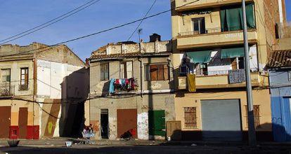 Algunas de las casas degradadas en el barrio de El Cabanyal
