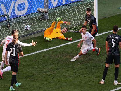 El jugador español, César Azpilicueta, adelanta a España tras anotar el segundo gol para su equipo.