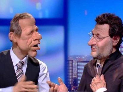 'Los guiñoles' de Canal + Francia incorporaron como personaje a Mariano Rajoy en febrero de 2013, cuando ya era presidente del Gobierno. El muñeco que presentaba el espacio le confundía con un mendigo rumano.
