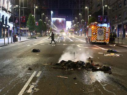 Varios objetos quemados en la Gran Vía de Madrid.