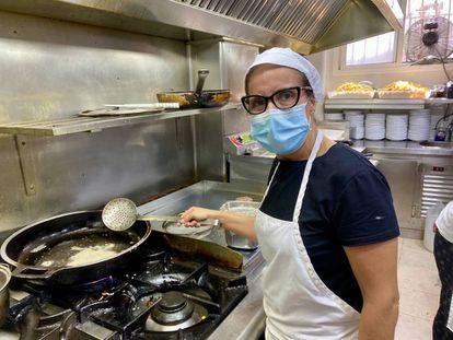 Estefanía en las cocinas del restaurante Puerta de la Victoria. J.C. CAPEL