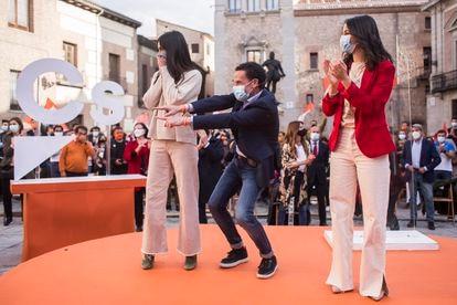 Begoña Villacís, Edmundo Bal e Inés Arrimadas, este domingo en la Plaza de la Villa.
