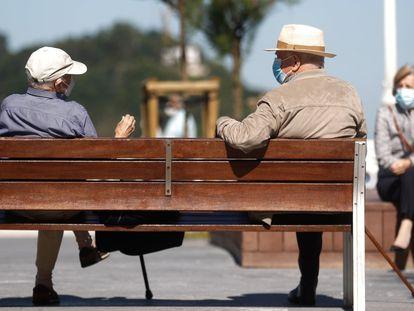 Unas personas mayores conversan en el paseo de la Concha de San Sebastián, el pasado jueves.