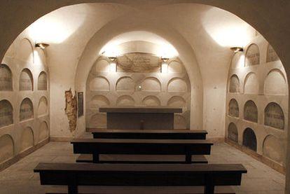 Cripta de la Capilla de los Arquitectos, en la iglesia de San Sebastián. En el centro, lápida conjunta de Villanueva y Ventura Rodríguez.