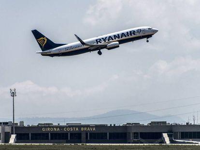 Salida de un vuelo de Ryanair en el aeropuerto de Girona, en una imagen de archivo