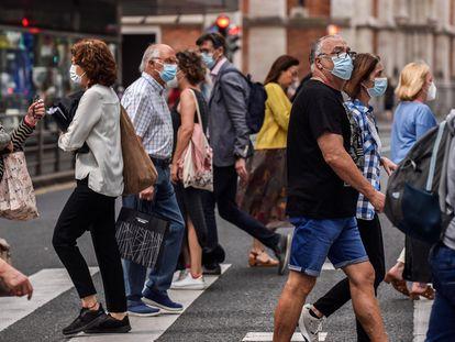 Un grupo de ciudadanos camina por las calles de Bilbao.