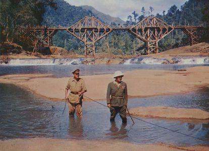 Alec Guiness (izquierda) y Sessue Hayakawa, en el rodaje de 'El puente sobre el río Kwai', de David Lean.