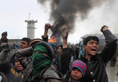 Afganos protestan por la profanación de coranes ante la base aliada de Bagram.