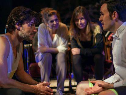 En primer término, Daniel Grao (izquierda) y Alejandro Jato. Detrás, Marta Etura (derecha) y Verónica Ronda, en un ensayo de 'Ilusiones', que dirige Miguel del Arco. En vídeo, el tráiler teaser de la obra.