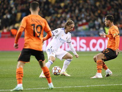Modric, rodeado por dos defensores del Shakhtar durante el partido en Kiev.