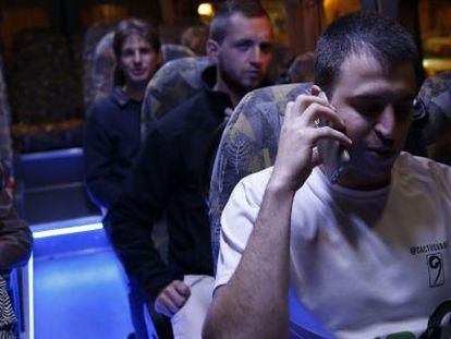 Viajeros en el autobús del Sabbat en Jerusalén.