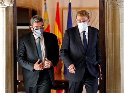 El presidente valenciano, Ximo Puig (derecha), y el ministro de Seguridad Social, José Luis Escrivá, este jueves en el Palau de la Generalitat en Valencia.