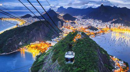 Río desde la altura de un telesférico, con Copacabana a la derecha.
