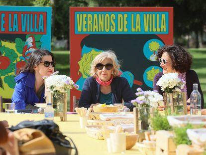 Manuela Carmena, junto a Jetsemaní San Marcos (i) y Maral Kekejian (d), presentan la programación de los Veranos de la Villa en el parque Tierno Galván.