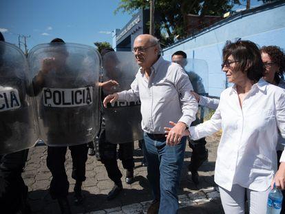 El periodista Carlos Fernando Chamorro, rodeado por agentes de policía en Managua el 15 de diciembre de 2018.