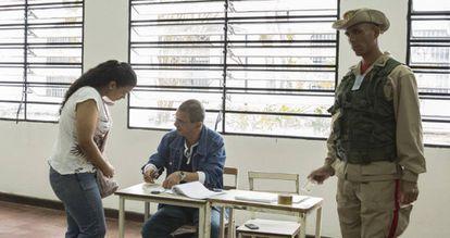 Una ciudadana vota en un colegio electoral de Caracas, el domingo.