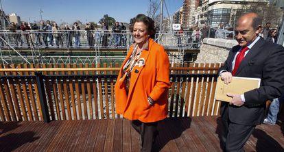 La alcaldesa de Valencia, Rita Barberá, y Alfonso Novo, concejal de Transportes, en la inauguración del nuevo paso peatonal.