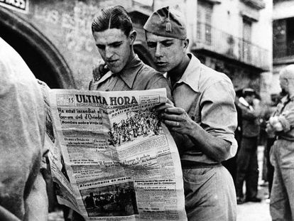 'Soldados leyendo un diario en Alcañiz', una de las fotografías que se pueden ver en la exposición de Barcelona.