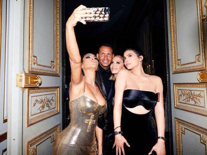 Sosteniendo un móvil, Kim Kardashian en la gala del Metropolitan Museum, en mayo de 2018.