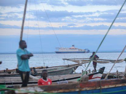 Pescadores esperan cerca de Pemba las embarcaciones con personas desplazadas desde Palma, este lunes en Mozambique.