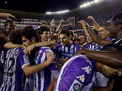 Los jugadores del Valladolid festejan el ascenso a Primera.