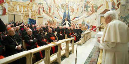 El Papa habla ante los cardenales en el Vaticano el sábado, en una imagen de L'Osservatore Romano.