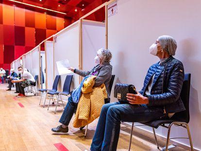Personas a la espera de ser vacunadas en Schwaz, Austria, el 11 de marzo.