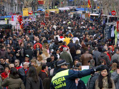 Un domingo en el Rastro de Madrid, que quedará cerrado las próximas semanas.