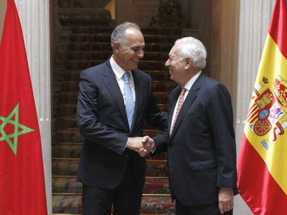 El ministro de Exteriores José Manuel García- Margallo saluda a su homólogo marroquí Salaheddine Mezouar